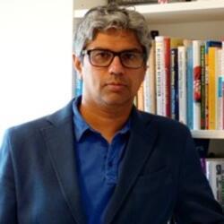 Arif Mustafa headshot